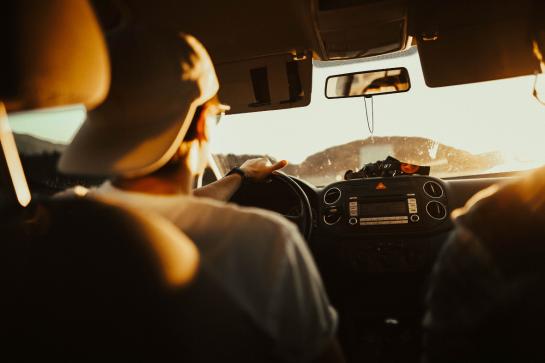 Morre de dores nas costas em viagens de carro? Saiba como evitar!