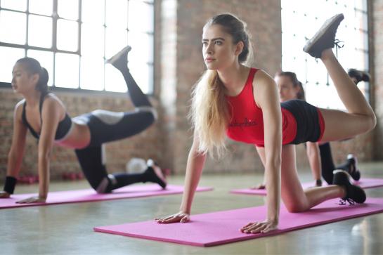 Veja 4 exercícios de ginástica laboral para quem trabalha sentado